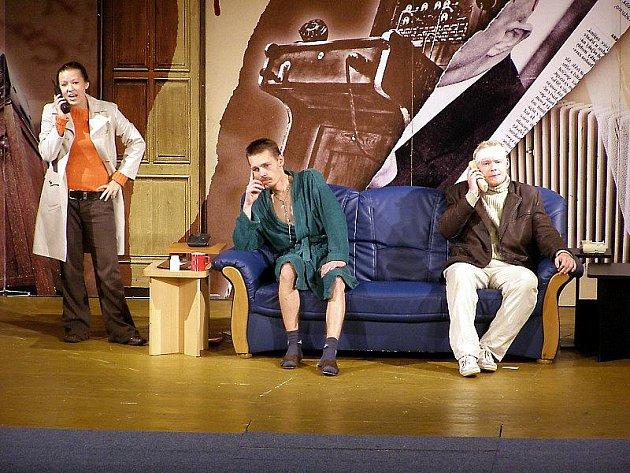 Ansámbl ochotnického divadla SemTamFór ze Slavičína má napilno. Finišuje totiž na přípravách osmého ročníku krajské postupové přehlídky amatérských divadel Valašské Křoví a také chystá derniéru komedie 1+1=3, která diváky bavila celé tři roky.