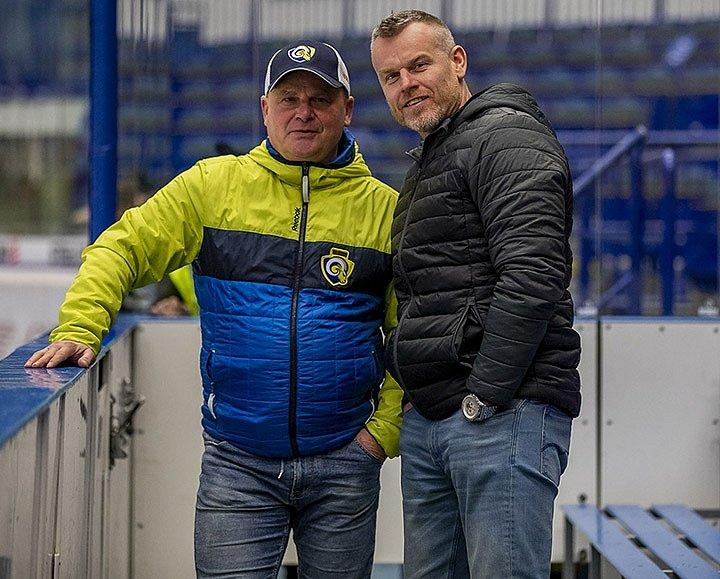 Martin Kotásek (napravo) patří do úzkého realizačního týmu Roberta Svobody. Na fotografii s trenérem brankářů Richardem Hrazdirou.