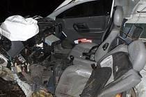 Zdemolovaný pick-up po tragickém nárazu do stromu v Jasenné