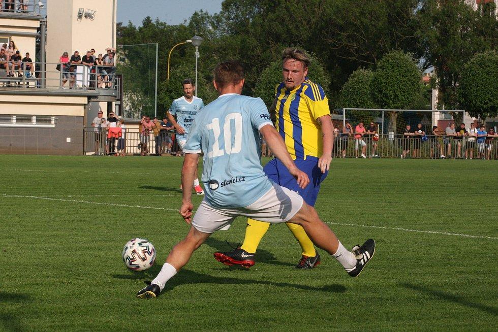 Fotbalisté Baťova (žlutomodré dresy) prohráli při benefičním utkání s Výběrem kraje 5:6.