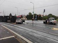 Převrácený náklaďák s hašeným vápnem zavřel kvítkovickou křižovatku