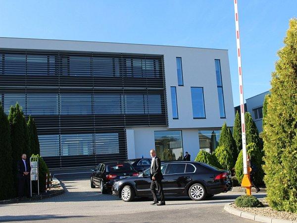 Návštěvu prezidenta Miloše Zemana ve firmě RayService ve Starém Městě provázela přísná bezpečnostní opatření.