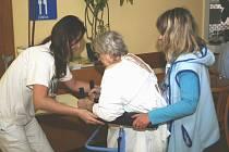 Pomoc ve stáří. Péče o nemohoucí seniory je velmi náročná