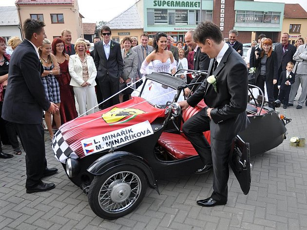 Svatba jezdce rally Lubomíra Minaříka s Magdalenou Rapantovou, která proběhla 12. září ve Slušovicích