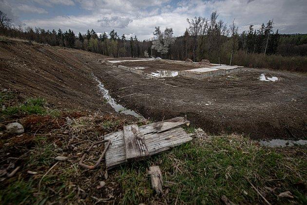 Zbytky betonových základů skladu číslo 12vareálu ve Vrběticích, 3.května 2021.Ve Vrběticích vroce 2014explodoval muniční sklad. Po sedmi letech vyšlo najevo podezření na zapojení ruské tajné služby (GRU a SVR) do výbuchu.