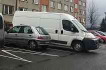 Dodávky s délkou nad pět metrů už nebudou smět parkovat v ulicích. Jako první na Honech a Podlesí.
