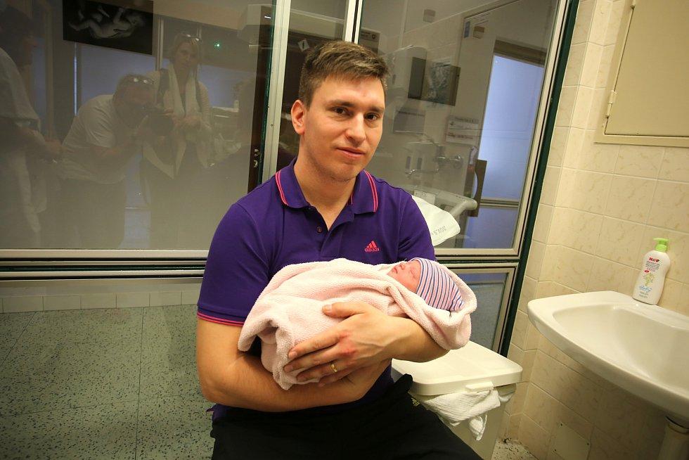 Gynekologico- porodnické oddělení Krajské nemocnice T. Baťi ve Zlíně.Tatínek Karel Buršík se synem Kristiánem