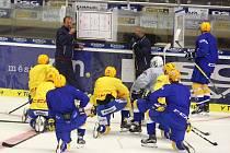 Příprava hokejistů PSG Zlín na ledě zimního stadionu ve Zlíně.