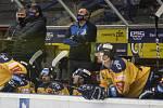 Extraligoví hokejisté Zlína (ve žlutém) v pátečním duelu 19. kola extraligy podlehli Mladé Boleslavi.