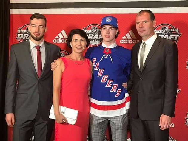 """Na jejich syna a bratra ukázali New York Rangers. Má to zvuk, co říkáte? """"Nezapomenutelný zážitek,"""" popisují v trojrozhovoru Deníku průběh a výsledek Draftu NHL v Chicagu nejbližší hokejového útočníka Zlína Filipa Chytila."""