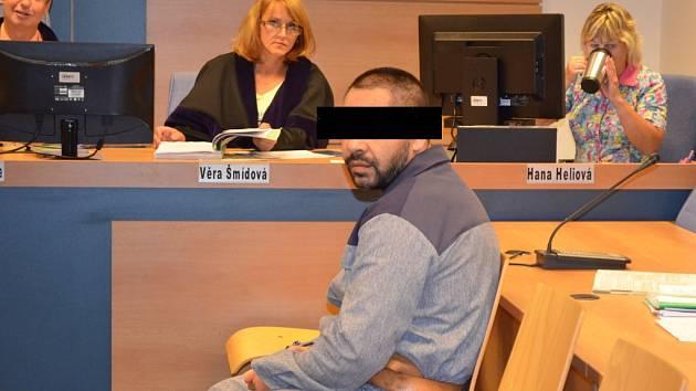 Obžalovaný Josef S. sleduje dění v soudní síni krajského soudu ve Zlíně. Ve vězeňském mundúru je proto, že jednání jej eskortovali z břeclavského vězení, kde si již odpykává trest za jinou násilnou činnost.