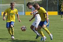Derby ve třetí lize mezi fotbalisty Zlína (žluté dresy) a Slovácka skončilo remízou 1:1.