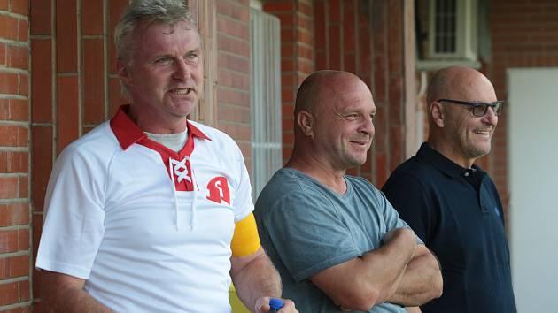 Někdejší vynikající záložník Zlína Edvard Lasota (na snímku uprostřed) se při zápase starých gard Fastavu a Baníku Ostrava potkal také s Petrem Klhůfkem (vlevo) a Radkem Drulákem.