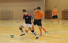Zlínští futsalisté (v oranžových dresech) v 11. kole druhé ligy podlehli hodonínskému Tangu 1:6. Utkání se hrálo ve Sportovním centru Radostova v Luhačovicích.
