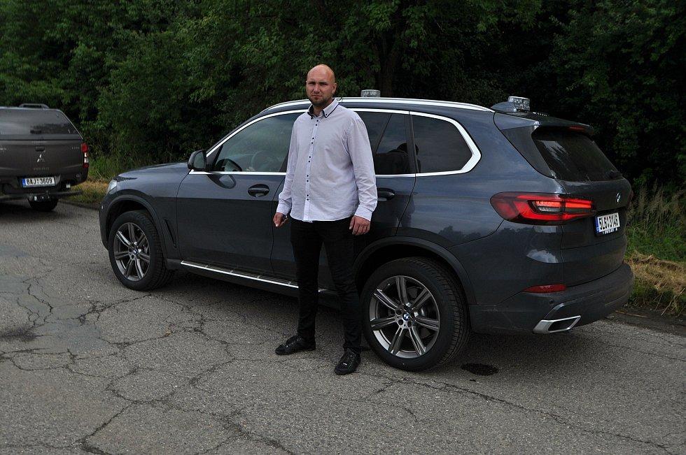 Ochranka u vozu premiéra ČR Andreje Babiše v areálu muničních skladů ve Vrběticích ve Zlínském kraji; středa 14. července 2021