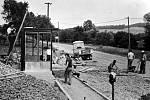 1983. Stavba nové autobusové zastávky v roce 1983, na níž se podílela řada lidí.