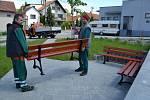 Řetechov zdobí nové odpočinkové prostranství s lavičkami.