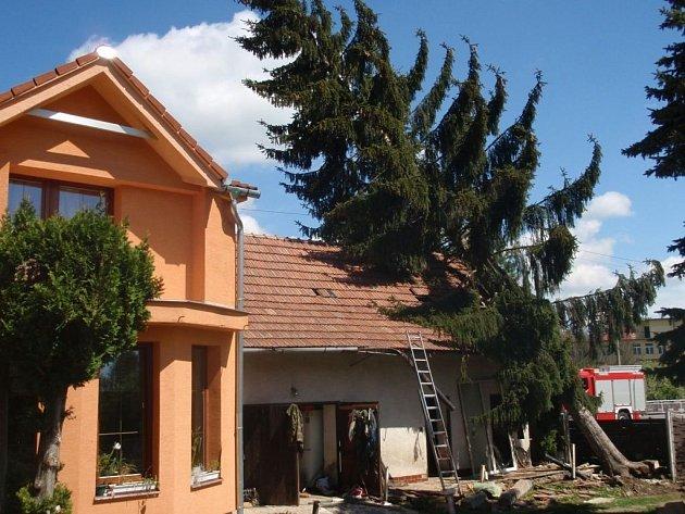 Na rodinný dům ve Slavičíně spadl mohutný smrk.