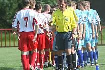Zápas prvního kola mezi Viktorií Otrokovice B a týmem Prakšice-Pašovice (v modrém) měl dohru u disciplinárky. Za hosty nastoupili tři hráči bez registračních průkazů.