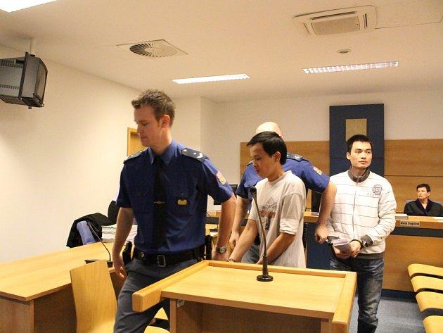 Čtveřice obžalovaných od krajského soudu zamířila v poutech zpět do vazební věznice.