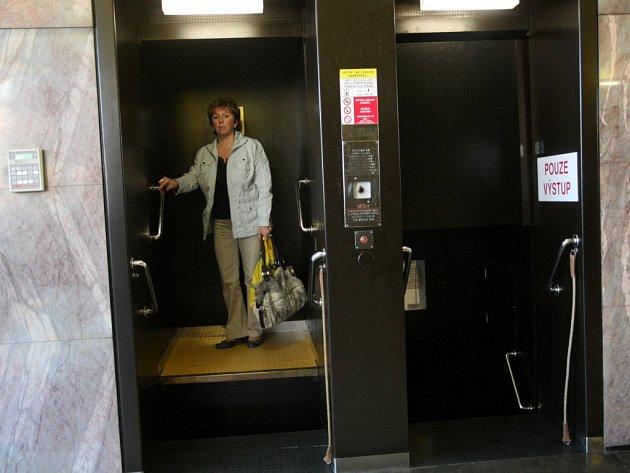 Výtah paternoster v mrakodrapu ve Zlíně.