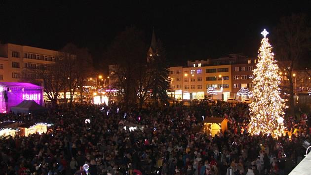 V neděli 1. prosince 2019 slavnostně rozsvítili také vánoční stromeček ve Zlíně na tamním náměstí Míru. Lidé při té příležitosti zaplnili celý střed krajského města.