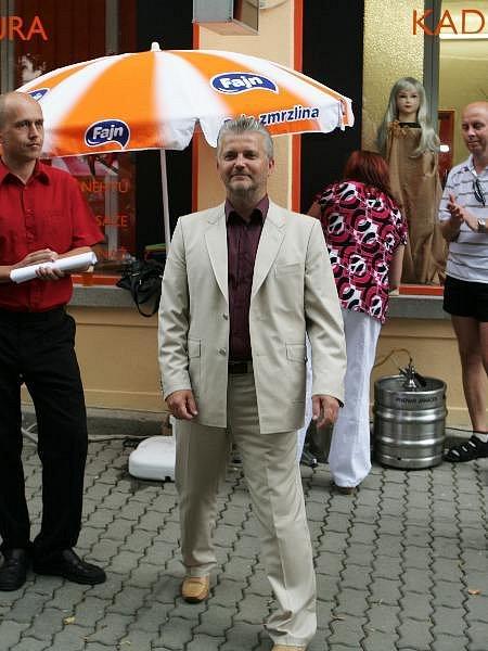 Do svého předvolebního obleku musel hejtman Lukáš malinko shodit.