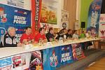 Beseda se závodníky rallye v sále želechovické sokolovny