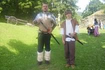 Rytíř a jeho páže se prochází v podhradí Brumova. Dnes se zde konal středověký den se spoustou atrakcí pro děti i dospělé. Nechyběli šermíři, tanečnice ani kejklíři.