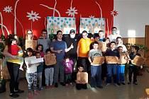 Děti ze smolinského domova se o výhru podělily s kamarády ve Vizovicích.