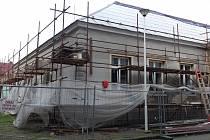 V Tlumačově vzniká nové volnočasové centrum. Oprava budovy, kde bude sídlit, ovšem nabírá zhruba dvouměsíční zpoždění kvůli nedávnému požáru střechy. Foto: Renáta Nelešovská, KIS Tlumačov
