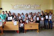Předávání vysvědčení v pátek 30. června 2017 - žáci deváté třídy Základní školy Tlumačov s třídní učitelkou Zuzanou Blablovou.