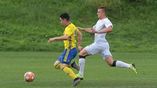 Fotbalisté Zlína B (žluté dresy) remizovali ve 4. kole MSFL s Vyškovem 1:1. Utkání se hrálo v Luhačovicích. Foto: pro Deník/Jan Zahnaš