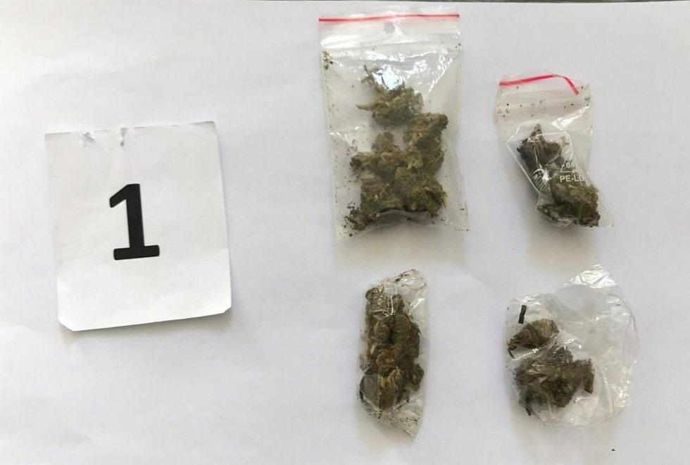 Při kontrole v centru Zlína kriminalisté našli u muže tři injekční stříkačky, které obsahovaly bílou krystalickou látku, sáček s touto látkou o obsahu asi 25 gramů a další čtyři sáčky s rostlinnou hmotou, kterou on sám označil za marihuanu.