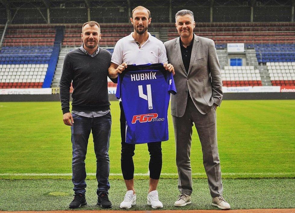 Známý podnikatel a fotbalový agent Roman Brulík (vpravo) s kolegou Radimem Königem (vlevo) a Romanem Hubníkem při podpisu smlouvy s SK Sigma Olomouc.