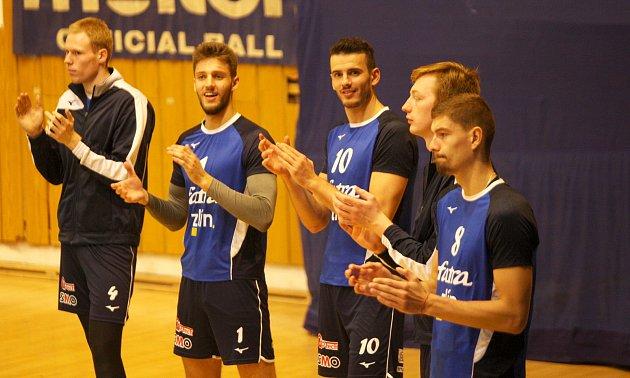 Zlínští volejbalisté (v modrých dresech) prohráli ve 2. kole mužské extraligy s Ústí nad Labem