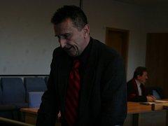Obžalovaný Pavel Sousedík k soudu přišel s holemi. Mimo onemocnění virem HIV je vážně nemocen, musel prodělat chemoterapie.