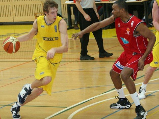 Prvoligoví basketbalisté Zlína (ve žlutém). Ilustrační foto.