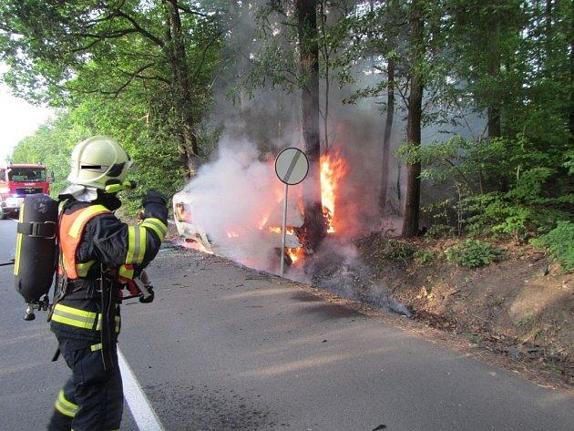 Dopravní nehoda osobního vozidla, ke které došlo u obce Mladcová ve směru na obec Racková.