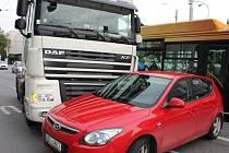 Dopravní nehoda v centru Zlína- srážka osobního vozu a tahače kamionu se obešla bez zranění.