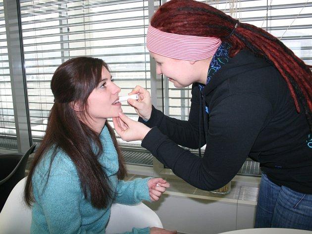 Natáčení studentského filmu Špatné myšlenky, na snímku se upravuje herečka Kateřina Janečková.