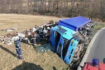 U Vizovic se převrátil kamion, zablokoval cestu