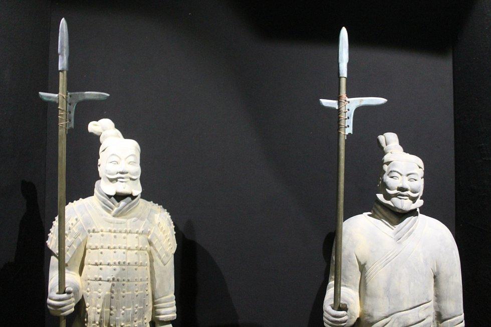 Terakotová armáda dobývá filmové ateliéry na Kudlově. Výstava o sedmdesáti mužích asijské armády.