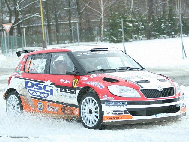 Automobilový jezdec Antonín Tlusťák svezl ve Slušovicích zlínské interligové házenkářky ve svém závodním voze.