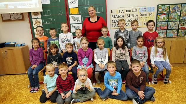 Třída 1.A zlínské Základní školy s třídní učitelkou Bohuslavou Šťáhlovou.