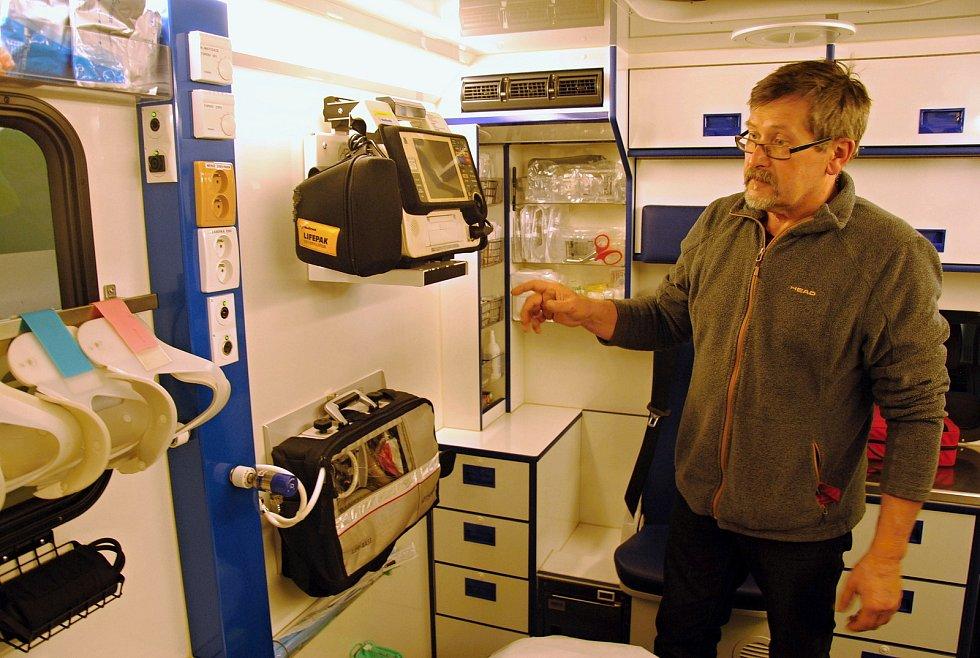 Vybavení sanitky, kterou při výjezdech využívají záchranáři na Rožnovsku