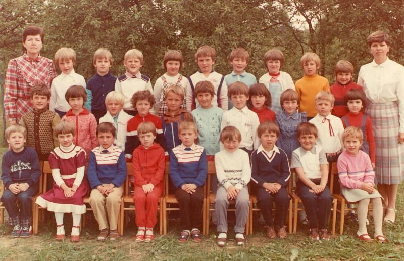 MŠ FRYŠTÁK, TŘETÍ TŘÍDA (1981–1982) Na snímku s dětmi jsou paní ředitelka Mária Urbášková a učitelka Alena Baďurová.