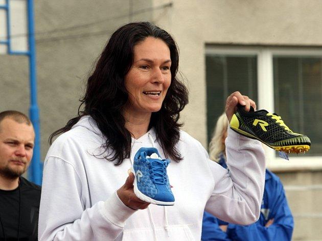 Odznak všestrannosti olympijských vítězů na atletickém stadionu Mládeže ve Zlíně. Slavnostně zahajuje Šárka Kašpárková.