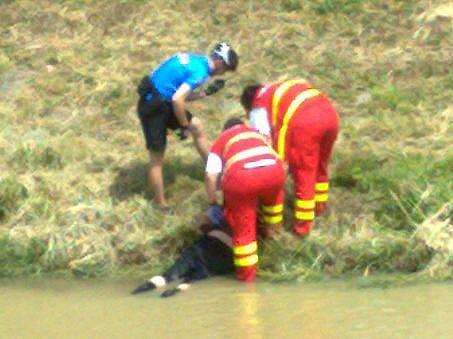Strážník a záchranářky tahají bezdomovce z řeky