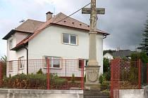 Kříž v Bohuslavicích je součástí pozemku.